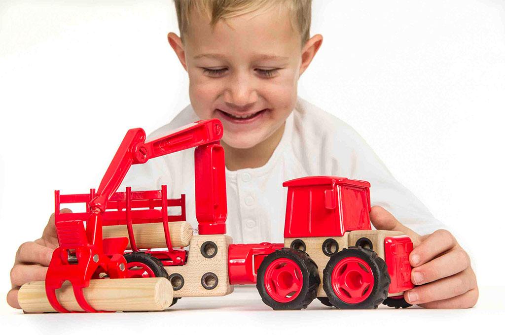 Gutt leker med Beljo Toys