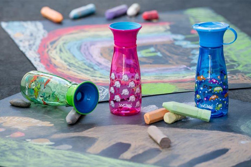 Drikkeflasker i ulike flasker på bakken med kritttegninger