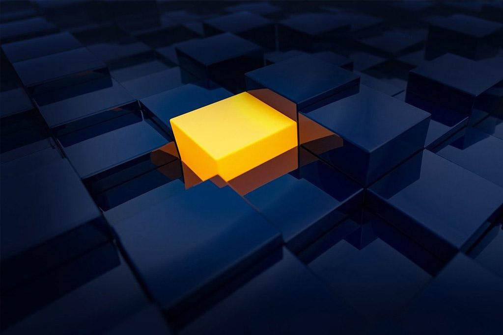 Gul lysende boks i et rom med mange mørke blå bokser.