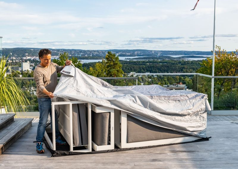 Bag'n brukes til å beskytte utemøbler mot været